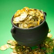 Foto Stock: Pot of Gold: Gold Overflows Treasure Pot