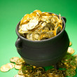 图库照片: Pot of Gold: Gold Overflows Treasure Pot