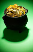 Pot of Gold: Treasure Pot On Green Background — Stock Photo