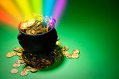 Pot of Gold: Magic Rainbow Explodes From Leprechaun Treasure Pot — Stok fotoğraf
