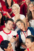 Fans: Man Shows Girlfriend Cell Phone — Stockfoto