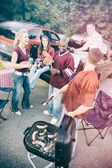 Tailgating: Group Waits As Guy Cooks Sausages — Foto Stock