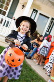 Halloween: Girl Ready to Trick or Treat — Stock Photo