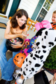 Halloween: Parent Handing Out Candy on Halloween — Stock Photo