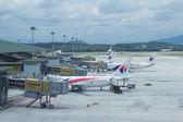 Aviones de líneas aéreas de Malasia preparan para pasajeros al tablero — Foto de Stock