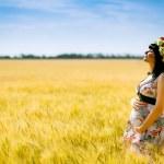 glückliche schwangere Frau im Feld Sommer — Stockfoto