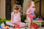Duas garotas jogando em uma caixa de areia — Fotografia Stock