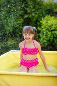 Mutlu kız havuzda sıçramasına — Stok fotoğraf