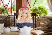 Blond meisje het drinken van thee in de gazebo — Stockfoto
