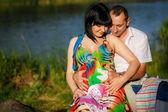 妊娠中の女性彼女の夫と橋の上 — 图库照片