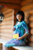 Hermosa mujer embarazada se sienta con tabletas para texto — Foto de Stock