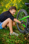 Teenage girl on bike trip — Stockfoto