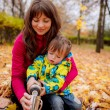 Mom son pours tea from a thermos — Stockfoto