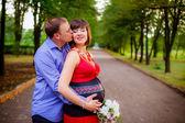 Mann küsst seine schwangere frau — Stockfoto