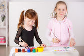 Kızlar boyaları ile çizim — Stok fotoğraf