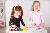 Meninas de desenho com tintas — Foto Stock