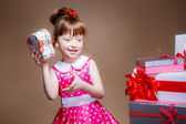 Little girl looks in a gift — Stock fotografie
