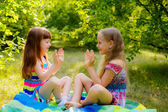 Childrens playing clapping game — Stock Photo