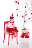 Bambina vicino albero di Natale con presenta — Foto Stock