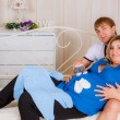 Husband embraces the pregnant wife — Stock Photo