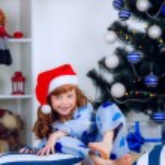 filho de pijama perto da árvore de Natal — Fotografia Stock  #32285545