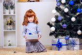 Dziewczynka otwiera prezent — Zdjęcie stockowe