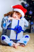 Kleines mädchen schlafen mit einem neujahrs-geschenk — Stockfoto