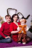 クリスマス ツリーの近くに家族 — ストック写真