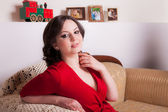 девушка, сидя на красивом диване — Стоковое фото