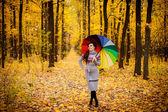 Dziewczyny w lesie z parasolem — Zdjęcie stockowe