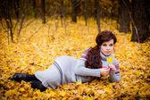 Woman lying in a park in autumn — Стоковое фото