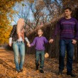 Family walking in the autumn park — Lizenzfreies Foto