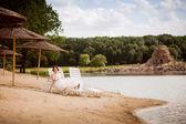 счастливая невеста на пляже шезлонг — Стоковое фото