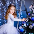 Little girl decorating the Christmas tree. — Stok fotoğraf