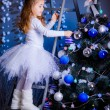 Little girl decorating the Christmas tree. — Foto de Stock