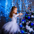 Little girl  decorating the Christmas tree.  — Foto Stock