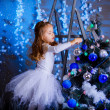 Little girl decorating the Christmas tree. — 图库照片