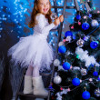 Little girl decorating the Christmas tree. — Stock fotografie