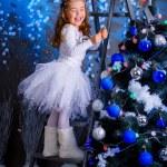 küçük kız Noel ağacı süsleme — Stok fotoğraf