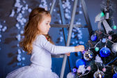 Malá holčička, zdobení vánočního stromu. — Stock fotografie