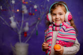 Little girl with mandarins on Christmas background — Stockfoto