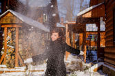雪で遊ぶ女性 — ストック写真
