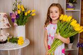 Jolie jeune fille à la maison — Photo