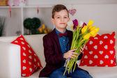 Mały dżentelmen z kwiatami — Zdjęcie stockowe