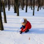 Girl sculpts snowflake — Stock Photo