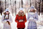 女孩在冬季公园 — 图库照片