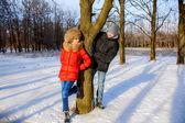 Jungen und mädchen im winter — Stockfoto