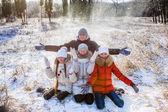 Niños lanzar nieve — Foto de Stock