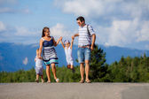 Familia caminando — Foto de Stock