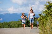 Passeggiate famiglia — Foto Stock